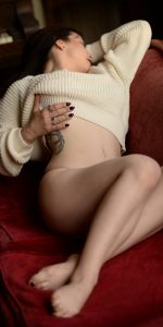 Sexy Rachael Richards in a sexy sweater in Chicago